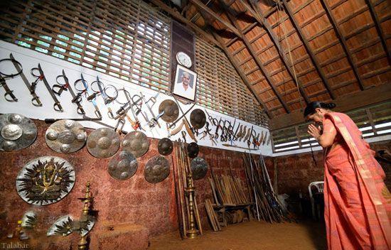 آموزش شمشیر بازی توسط مادربزرگ 73 ساله (عکس)