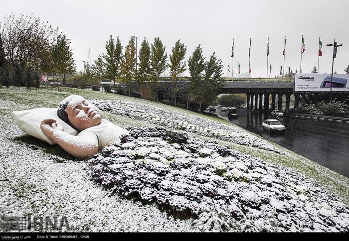 تصاویر دیدنی از بارش زیبای برف پاییزی در تهران (عکس)