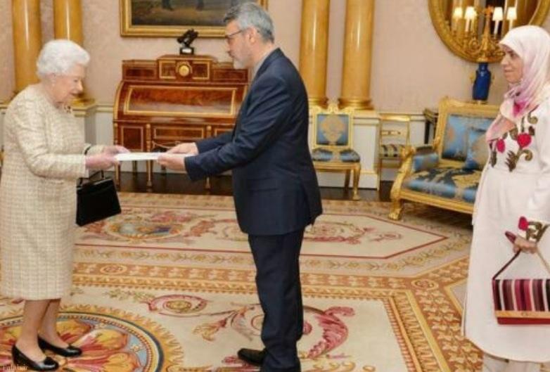 سفیر ایران و همسرش در دیدار با ملکه انگلیس (عکس)