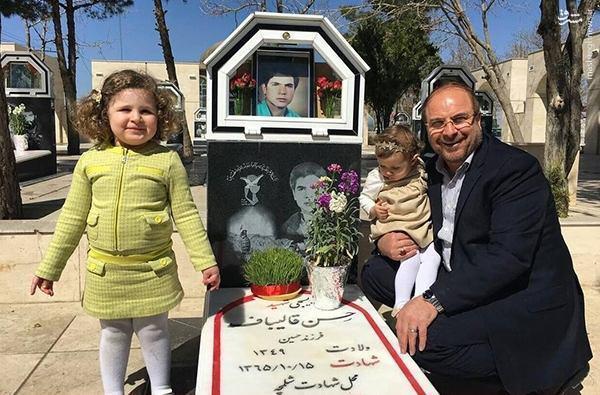 شهردار تهران در کنار مزار برادر ! + تصاویر