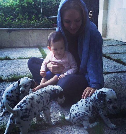 مهناز افشار و دخترش لیانا و بازی با توله سگ ها