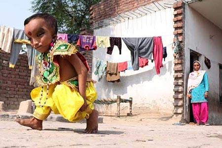 پسری عجیب که الهه مقدس در هند است (+عکس)
