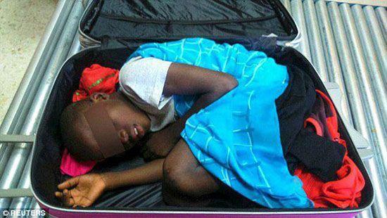قاچاق کودک در داخل چمدان (عکس)
