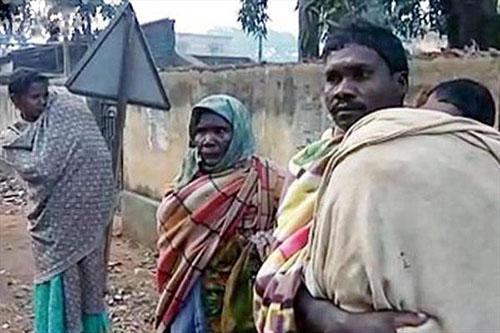 کار غیر قابل باور پدر فقیری با جسد دخترش در هند + عکس