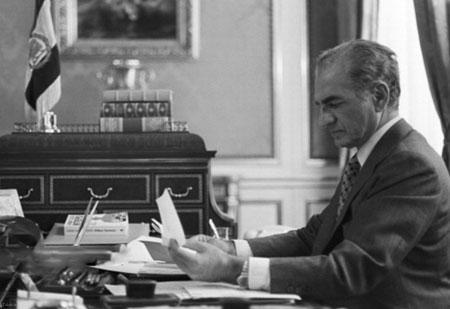 تصاویری دیده نشده از محمدرضا شاه در دفتر کار
