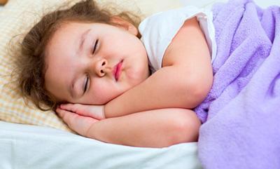 راز خواباندن کودکت در ساعت ۹ شب را بدانید