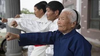 آشنایی با پیرزن 93 ساله چینی که حرکات رزمی آموزش میدهد + عکس