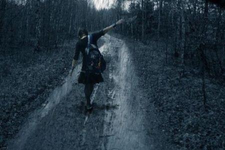 عکس دختر تنها در باران