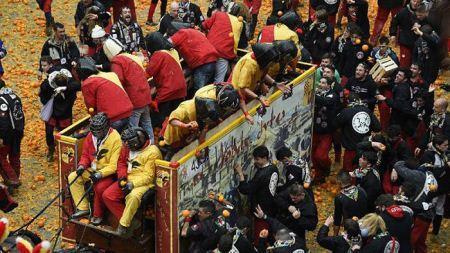 فستیوال جالب از جنگ پرتقال در ایتالیا