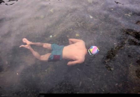 آب تنی مرد سنندجی در استخر یخی (عکس)
