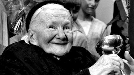 زنی که کودکان را در زمان قدیم در تابوت میگذاشت (عکس)