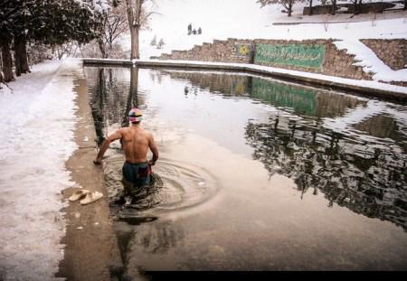 خوردن اب  توسط زن آب تنی مرد سنندجی در استخر یخی (عکس)
