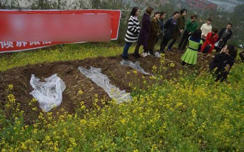 افکار زنان چینی : برای جدایی از فکر طلاق در قبر بخوابید (عکس)