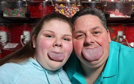 پدر و دختری با پهن ترین زبان دنیا !+ عکس