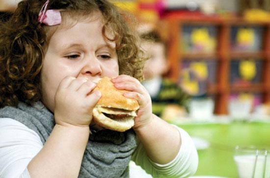 بررسی علل و عوامل چاقی در دوران کودکی
