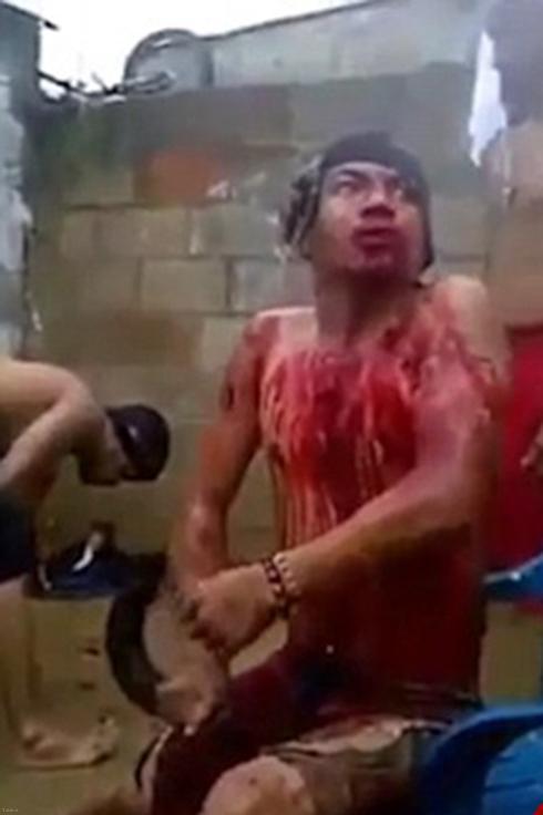 تصاویری از فیلم پخش شده مراسم جن گیری از یک مرد