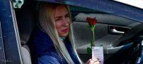 گل قرمز هدیه به زنان در خیابان به مناسبت روز جهانی زن (+تصاویر)