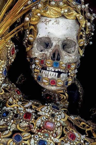 تصاویری عجیب از اسکلت هایی که با طلا تزئین شده است