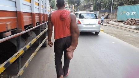 زندگی جوان هندی با دست فیلی (تصاویر)