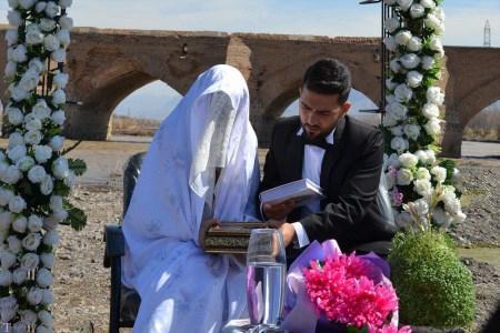 ازدواج جالب زن و شوهر جوان در پل قدیمی میانه (+عکس)