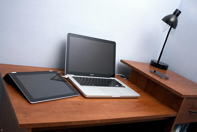 چیدمان و تزیینات جذاب میز کامپیوتر
