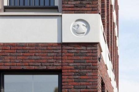 استیکر های جالب تلگرام بر روی یک ساختمان (تصاویر)