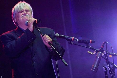 مرگ خواننده 70 ساله ی آمریکایی در کنسرت (+تصاویر)