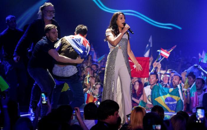 عریان شدن مردی در کنسرت این خانم خواننده