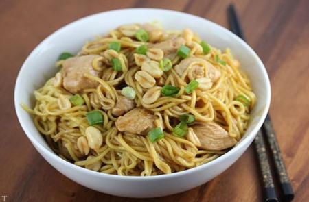 نودل نوعی غذای چینی همراه بادام زمینی و پیازچه