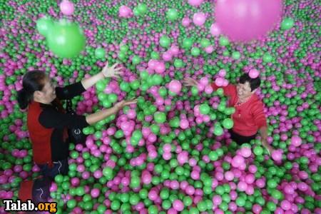 بازی بزرگسالان در استخر توپ !! (عکس)