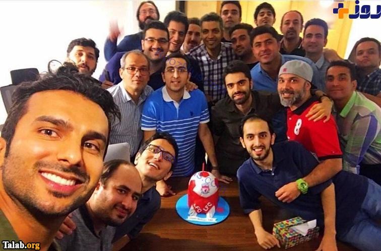 تولد عادل فردوسی پور در صحنه با همکاران فوتبال 120 (عکس)