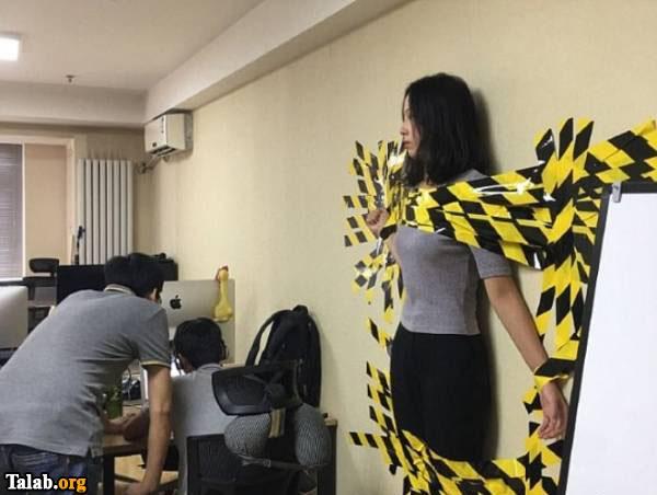 تنبیه عجیب زن جوان به خاطر نبستن کمربند (عکس)