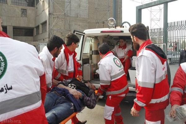 نماز اول وقت کمک رسانان هلال احمر در منطقه زلزله دیده (عکس)