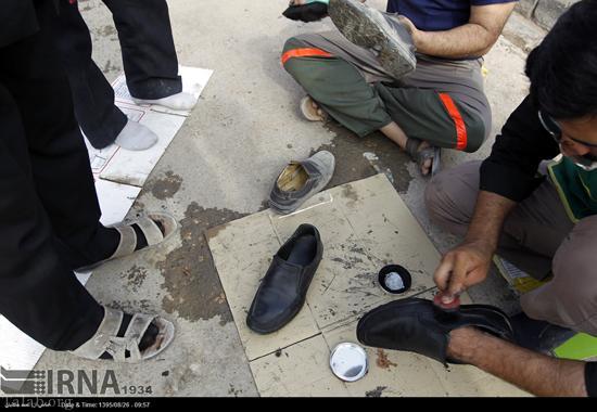 واکس زدن صلواتی کفش زائران توسط عاشقان امام رضا (عکس)