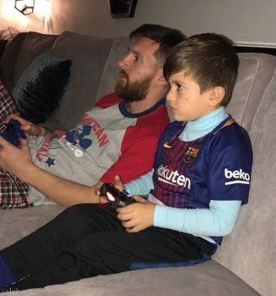 لیونل مسی در کناره پسرش در حال بازی FIFA18  (عکس)