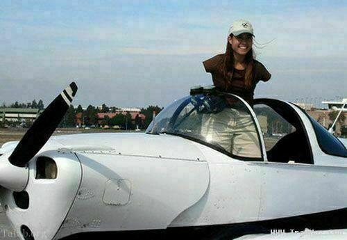دختر بی دستی که بهترین خلبان آمریکا شد ! (عکس)
