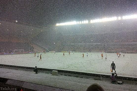 حضور طرفداران با غیرت یک تیم فوتبالی در وسط برف (عکس)