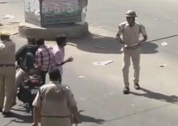 برخورد مودبانه پلیس هندوستان با موتور سوارها (فیلم)