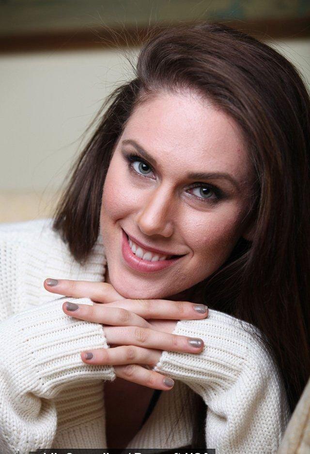 دختر زیبا و جذاب آمریکایی که دو رحم و واژن دارد (دختر زیبا با دو واژن)