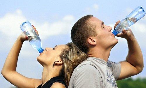آیا می توان با نوشیدن آب لاغر شد؟ (روش های لاغری با آب)