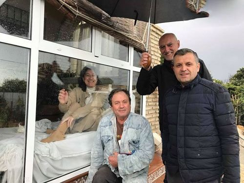 15 سال زندگی عجیب این زن درون قفس شیشه ای بدلیل بیماری !