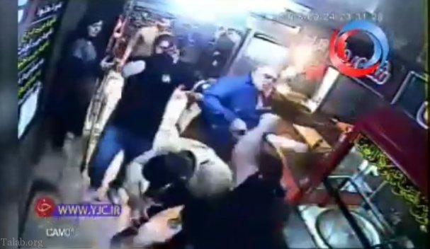 دعوا و درگیری وحشتناک با صاحب ساندویچی در شهر آبادان (فیلم)