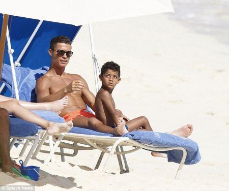 پناه بردن کریستیانو رونالدو به جزیره شخصی بخاطر کرونا (عکس)