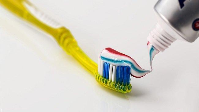 اینطوری مسواک نزنید + مسواک با دندانه های نرم
