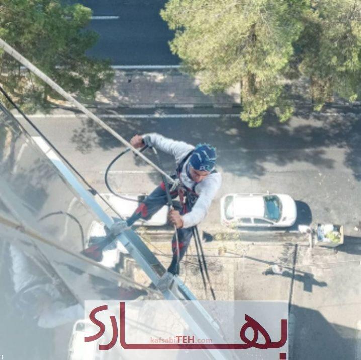 خدمات نماشویی با طناب و پیچ و رولپلاک نما ساختمان بدون داربست