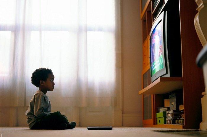 تماشای تلویزیون برای کودکان تا چه سنی ممنوع است؟